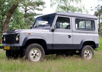 Land Rover 90 links zij