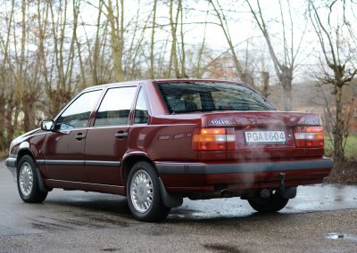Volvo 850 pearl red links achter