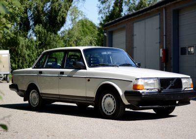 Volvo 244 wit rechtsvoor