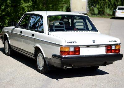 Volvo 244 wit achter links