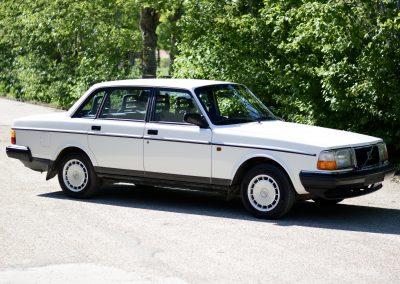 Volvo 244 wit voor rechts