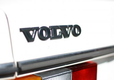 Volvo 244 wit badge