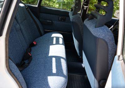 Volvo 244 wit achterbank
