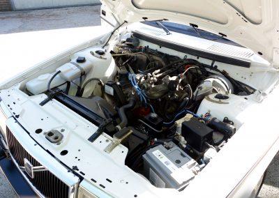 Volvo 244 wit motorruimte
