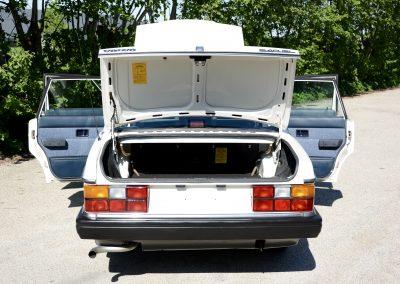 Volvo 244 wit achter open