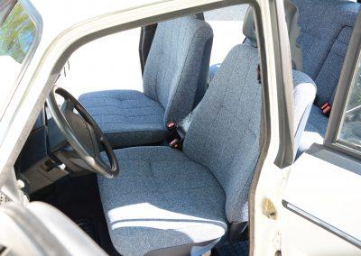 Volvo 244 wit voorstoelen