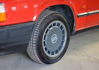 Volvo 745 rood wielen