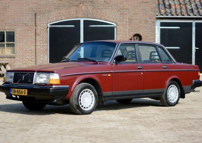 Volvo 244 schuin voor